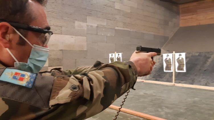 L'adjudant-chef Sébastien, instructeur de tir au 6e RG, à Angers, lors d'une session de prise en main du nouveau pistolet automatique des armées françaises, le Glock 17. (FRANCK COGNARD / RADIO FRANCE)
