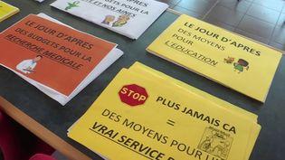 La maire de Prouvy (Nord) a distribué des affiches avec des slogans que les citoyens placardent aux fenêtres, et arboreront à midi devant leurs portes vendredi 1er mai. (France 3)
