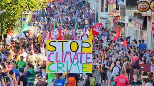 Des milliers de manifestants ont défilé dans les rues d'Hendaye, le 24 août 2019. (LAPEGUE BERTRAND / MAXPPP)