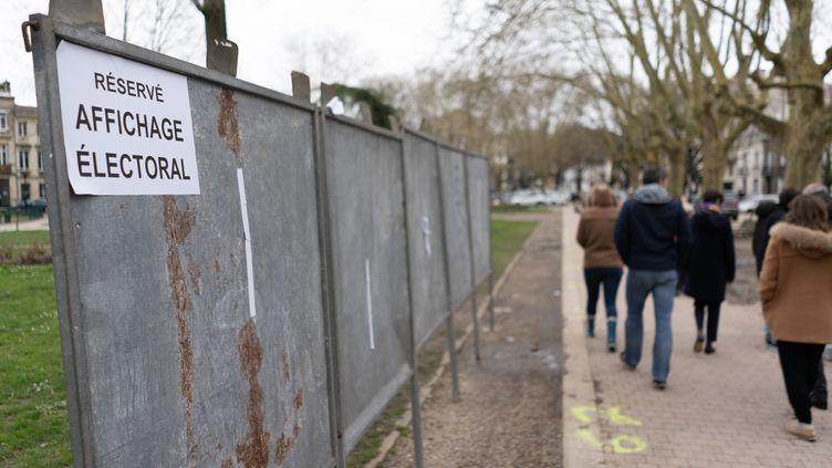 Des panneaux d'affichage pour les élections municipales vides à Bordeaux le 29 février 2020. (CONSTANT FORME-BECHERAT / HANS LUCAS / AFP)