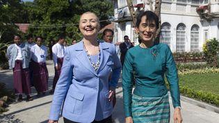 La secrétaire d'Etat américaine, Hillary Clinton, et la figure de l'opposition birmane, Aung San Suu Kyi, dans sa maison de Rangoun (Birmanie), le 2 décembre 2011. (SAUL LOEB / REUTERS)