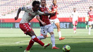 Gelson Martins (Monaco) à la lutte avec Melvin Bard (Nice) (VALERY HACHE / AFP)