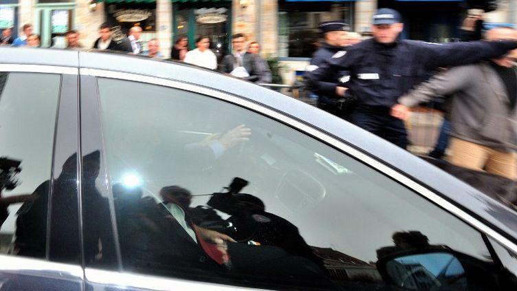 La sortie de Dominique Strauss-Kahn du tribunal de Douai (Nord), le 23 mai 2012. (PHILIPPE HUGUEN / AFP)