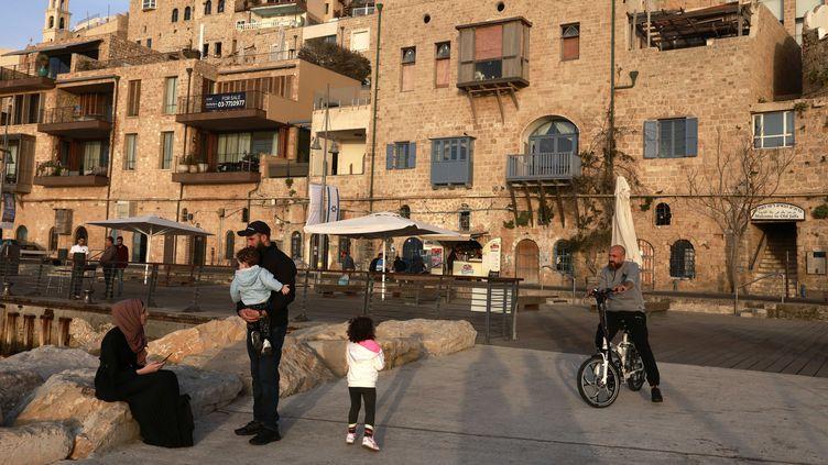Des habitants dans la vieille ville de Jaffa, en avril 2021.  (MENAHEM KAHANA / AFP)