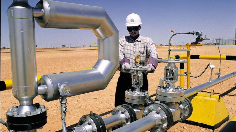 Un ouvrier ouvre une vanne dans le site de Ghawar en Arabie saoudite. (MAXPPP)