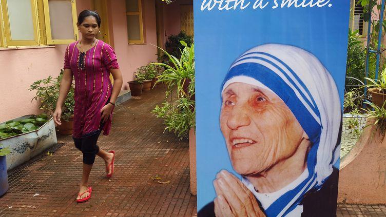 Un portrait de mère Teresa à Mumbai (Inde), le 3 septembre 2016. (INDRANIL MUKHERJEE / AFP)