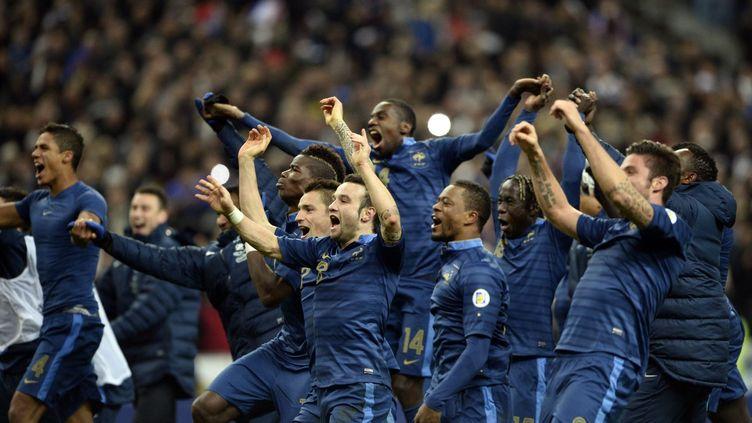 L'équipe de France de football célèbre sa victoire face à l'Ukraine au Stade de France, le 19 novembre 2013. (FRANCK FIFE / AFP)