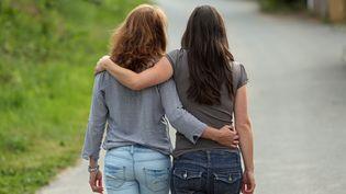 Deux femmes en couple. (Illustration). (FRANCOIS DESTOC / MAXPPP)