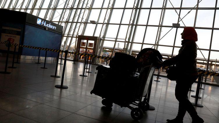 Des voyageurs arrivent à l'aéroport JFK, le 4 février 2017, à New York (Etats-Unis). (BRENDAN MCDERMID / REUTERS)