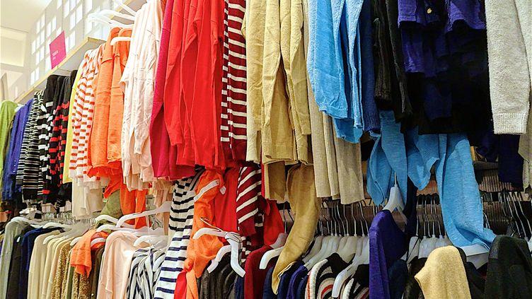 Des vêtements dans une boutique. (PATRICK LEFEVRE / MAXPPP)