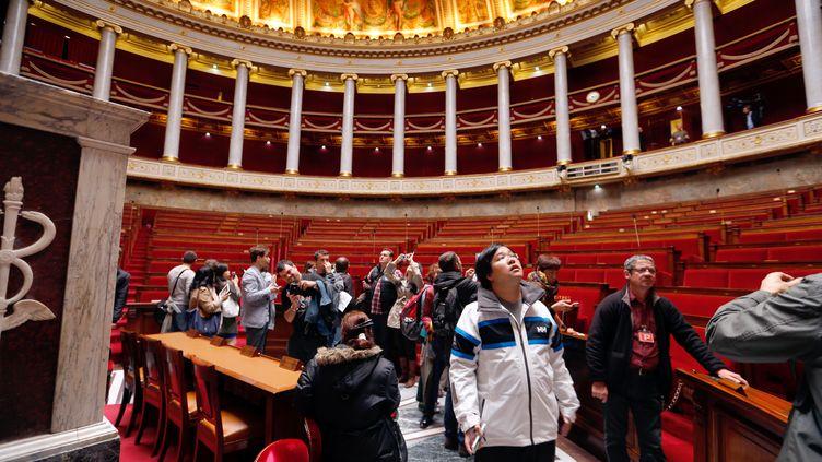 Des visiteurs à l'Assemblée nationale, à Paris, lors des Journées du patrimoine, le 14 septembre 2013. (FRANCOIS GUILLOT / AFP)