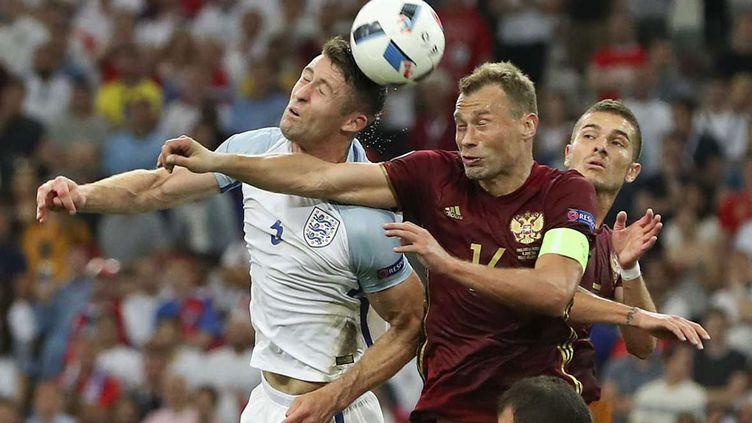 (Gary Cahill à la lutte avec Vasili Berezutski. Angleterre et Russie se sont neutralisés (1-1). ©Thanassis Stavrakis/AP/SIPA)