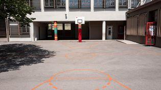 Le terrain de basket du lycée Edouard-Herriot à Villeurbanne, près de Lyon. (ROMAIN LAFABREGUE / AFP)