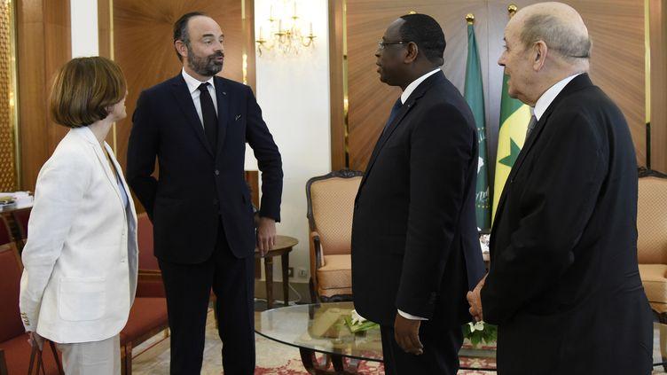 Le Premier ministre français Edouard Philippe à Dakar le 17 novembre 2019, en compagnie du président sénégalais Macky Sall, des ministres français de la Défense Florence Parly et des Affaires étrangères Jean-Yves Le Drian. (SEYLLOU / POOL)