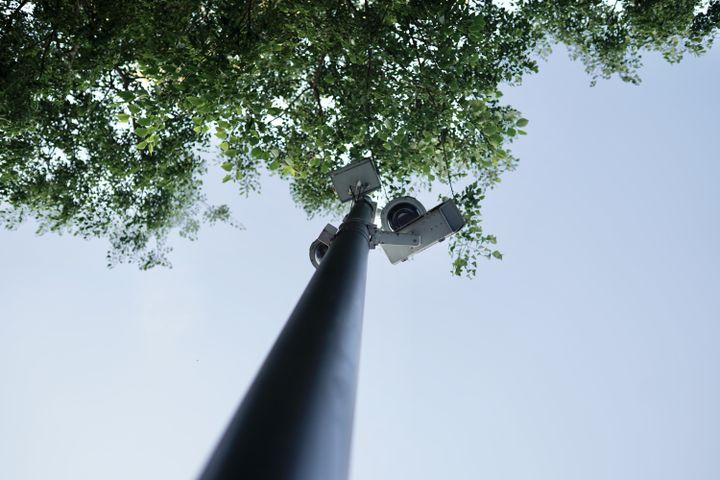 Des caméras de surveillancesurlaplace du Mandarous à Millau, le 9 juin 2021. (PIERRE-LOUIS CARON / FRANCEINFO)