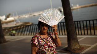 Une femme se protège du soleil à Marbella, dans le sud de l'Espagne, le 13 mai 2015. (JON NAZCA / REUTERS)