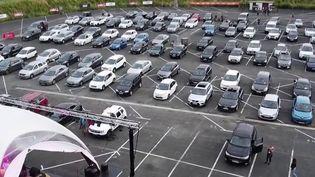 Si les concerts restent interdits au moment du déconfinement, un concert inédit a été organisé à Albi (Tarn). Une expérience incroyable pour les spectateurs restés dans leurs voitures. (FRANCE 3)