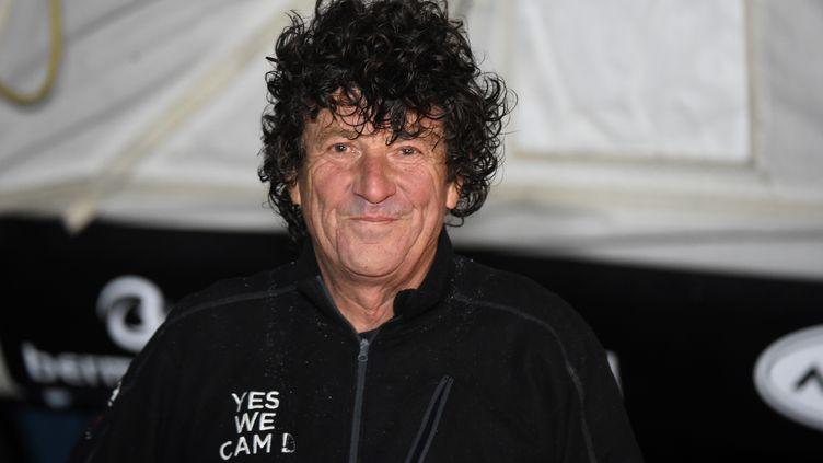 Jean Le Cam célèbre son arrivée aux Sables d'Olonne (Vendée), le 29 janvier 2021. (JEAN-FRANCOIS MONIER / AFP)