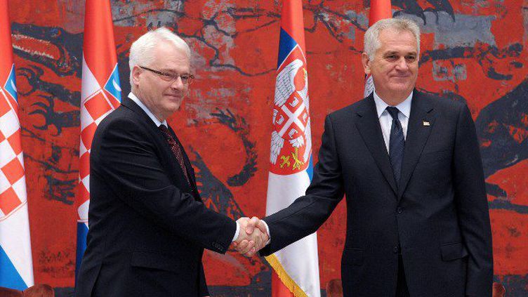 Le président croateIvo Josipovic et son homologue serbeTomislav Nikolic avant une réunion à Belgrade, en Serbie, le 16 octobre 2013. (AFP PHOTO / ALEXA STANKOVIC)