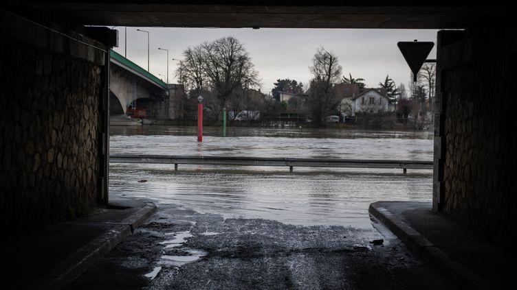 Une rue inondée à Villeneuve-Saint-Georges, à 20au sudde Paris, le 5 février 2021. (MARTIN BUREAU / AFP)