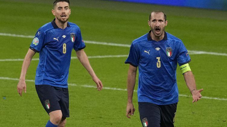 Jorginho (à gauche) et Giorgio Chellini lors de la demi-finale de l'Euro 2021 entre l'Italie et l'Espagne, mardi 6 juillet. (MATT DUNHAM / POOL / AFP)