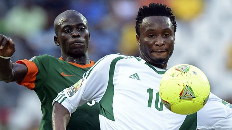 Obi Mikel (Nigeria) au duel avec Chisamba Lungu (Zambie). (FRANCISCO LEONG / AFP)