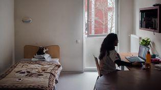 Une étudiante dans son logement Crous de 18m2 de l'Université de Bordeaux-Montesquieu, en novembre 2020. (VALENTINO BELLONI / HANS LUCAS / AFP)
