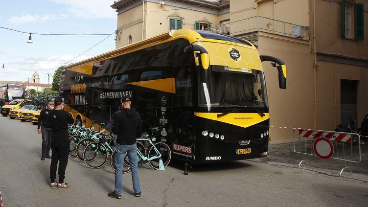 Le bus de la Jumbo-Visma avant le départ de la dixième étape que ses coureurs ne prendront pas après le test positif de leur leader Steven Kruijswijk. (LUCA BETTINI / AFP)