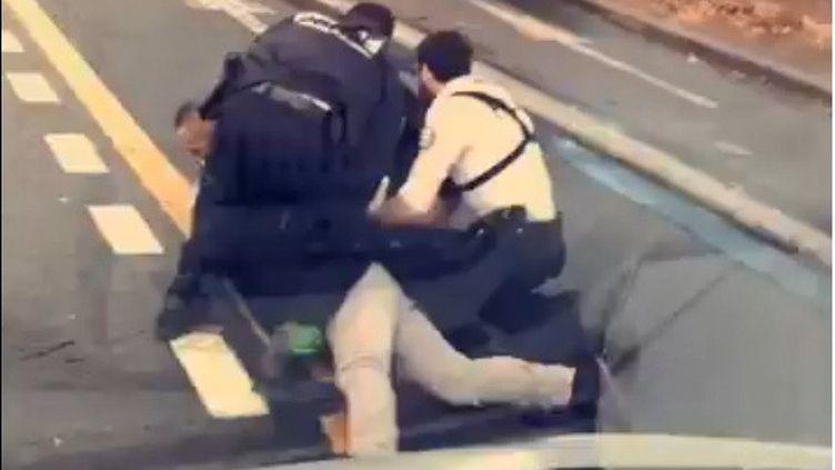 Cédric Chouviat a été maîtrisé par trois policiers qui l'ont plaqué sur le sol, vendredi 3 janvier, à Paris. (Ligue des droits de l'homme / Twitter)