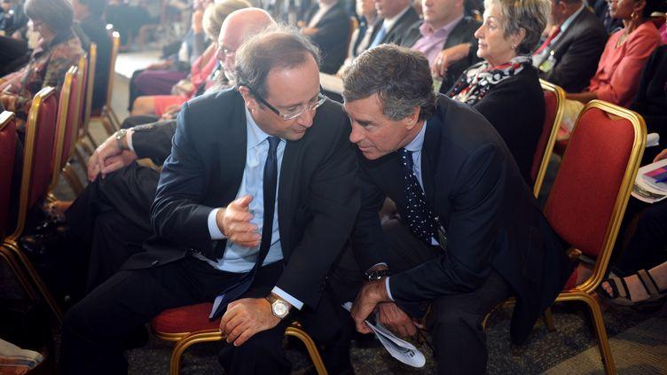 François Hollande et Jérôme Cahuzac discutent en aparté lors du séminaire des parlementaires socialistes à Toulouse, le 1er octobre 2009. (ERIC CABANIS / AFP)