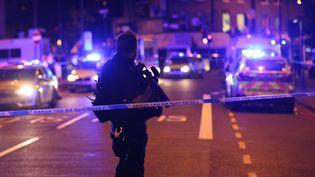 Un policier établit un périmètre de sécurité après une attaque à la voiture-bélier près de la mosquée de Finsbury Park, à Londres, le 19 juin 2017. (TAYFUN SALCI / ANADOLU AGENCY / AFP)