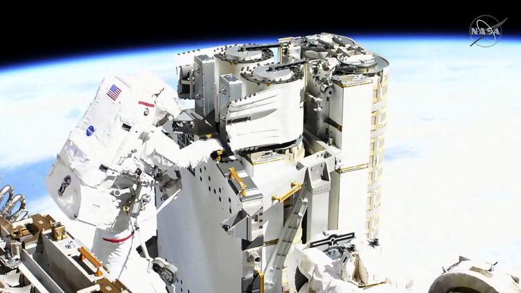 Capture d'écran de NASA TV du 16 juin 2021 montrant Thomas Pesquet en train de vérifier les panneaux solaires pour installer le premier panneau solaire IROSA. Cette sortie dans l'espace a duré 6 heures. (HANDOUT / NASA TV / AFP)