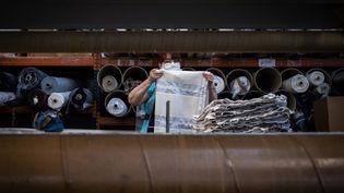 Uneemployée d'une usine de textile à Charlieu (Loire), le 19 mars 2020. (JEAN-PHILIPPE KSIAZEK / AFP)