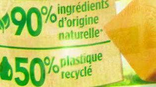 """Les Français se tournent de plus en plus vers des lessives dites """"écologiques"""" ou vers des lessives faites maison. Mais derrière les étiquettes, la réalité est-elle aussi verte ? (France 3)"""