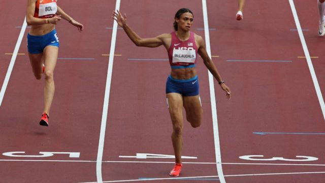 Comme chez les hommes hier, la finale féminine du 400 m haies est rentrée dans l'histoire.L'Américaine Sydney McLaughlin pulvérise le record du monde en 51'46'' devant sa compatriote Dalilah Muhammad en 51'58''. La Néerlandaise Femke Bol complète le podium.