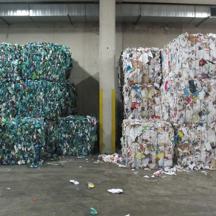 Après leur passage dans le centre de tridu 15e arrondissement de Paris, les déchets sont compactés encubes et par matière avant de partir dans les filières de recyclage, ici le 18 juin 2015. (JULIE RASPLUS / FRANCETV INFO)
