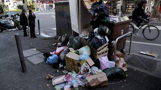Des détritus jonchent les rues de Marseille, le 25 janvier 2015, en pleine grève des éboueurs. (MAXPPP)