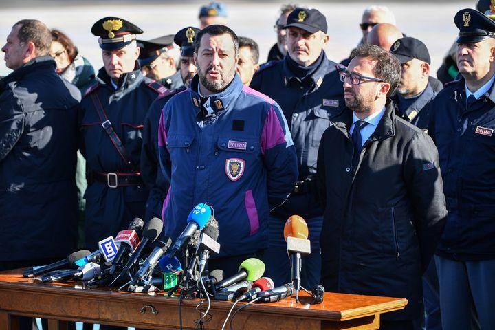 Le ministre de l'Intérieur italien, Matteo Salvini, et le ministre de la Justice, Alfonso Bonafede, lors d'une conférence de presse après l'atterrissage de l'avion transportant Cesare Battisti, le 14 janvier 2019 à l'aéroport de Rome. (ALBERTO PIZZOLI / AFP)