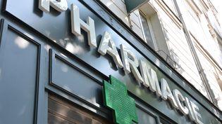 Une pharmacie, volet baissé, à Paris. (JEAN-CHRISTOPHE BOURDILLAT / RADIO FRANCE)