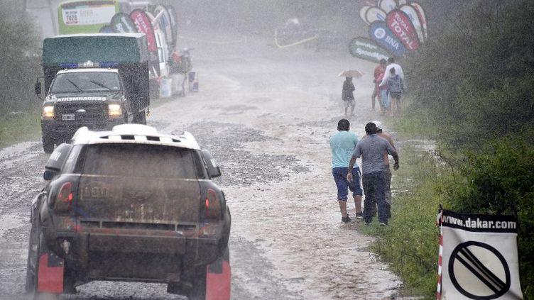 Pendant toute la première semaine, les acteurs de la 38e édition du célèbre Rallye Raid ont fait face à une météo très difficile. (FRANCK FIFE / AFP)