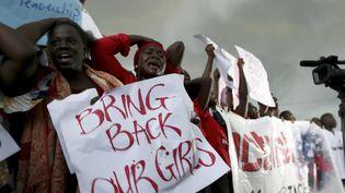 Des femmes demandent aux autorités de retrouver les lycéennes enlevées, lors d'une manifestation devant le Parlement, à Abuja, la capitale du Nigeria, le 30 avril 2014. (AFOLABI SOTUNDE / REUTERS)