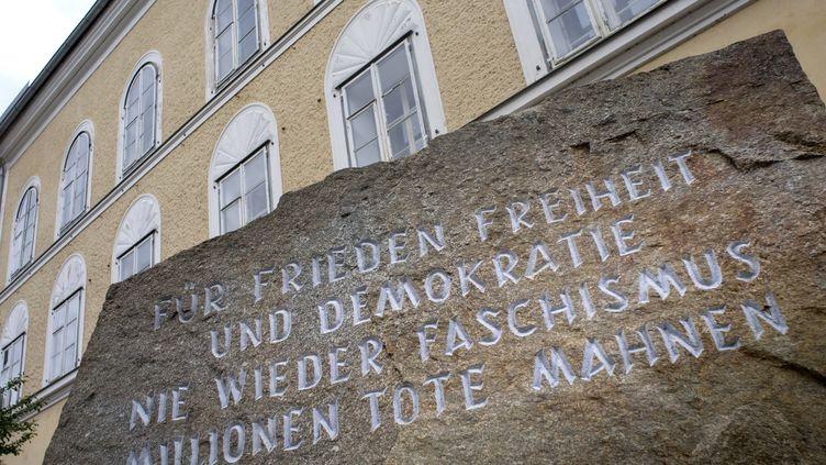 La stèle où estécrit 'Pour la paix, la liberté, la démocratie. Plus jamais le fascisme. Souvenons-nous des millions de morts'. (JOE KLAMAR / AFP)