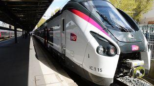 Un train Intercités le 6 avril 2017, à Paris. Ces trains, ainsi que les liaisons internationales, ont le plus souffert d'une baisse de fréquentation. (ERIC PIERMONT / AFP)