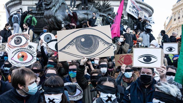 """Une manifestation contre le projet de loi sur la """"sécurité globale"""", le 28 novembre 2020 à Paris. (LAURE BOYER / HANS LUCAS)"""