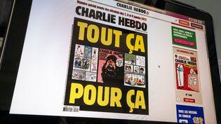 """La couverture du numéro du mercredi 2 septembre 2020 de """"Charlie Hebdo"""", sur un écran, à Paris. (RICCARDO MILANI / HANS LUCAS / AFP)"""
