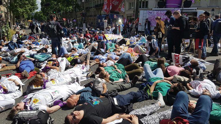 Le cortège s'est terminé devant le ministère de la Santé à Paris, jeudi 6 juin 2019. (FABIEN MAGNENOU / FRANCEINFO)