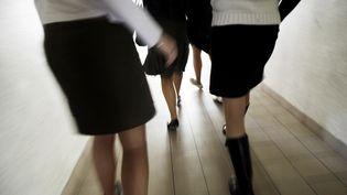 """Des lycéennes habillées spécialement pour la """"Journée la jupe"""", opération lancée en 2006 pour lutter contre les préjugés. (FRED DUFOUR / AFP)"""