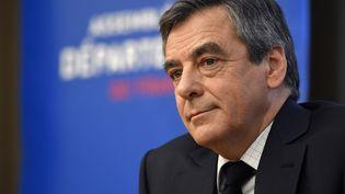 Le candidat de la droite François Fillon assiste à une réunion de l'Assemblée des départements français le 8 mars à Paris. (ERIC FEFERBERG / AFP)