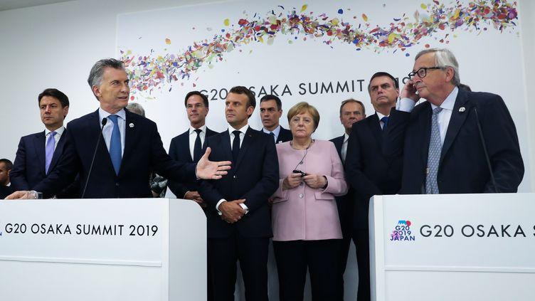 Au premier plan, le président argentin Mauricio Macri et le président de la Commission européenne Jean-Claude Juncker au sommet du G20 à Osaka au Japon, le 29 juin 2019. (HO / ARGENTINA'S PRESIDENCY PRESS OFF / AFP)