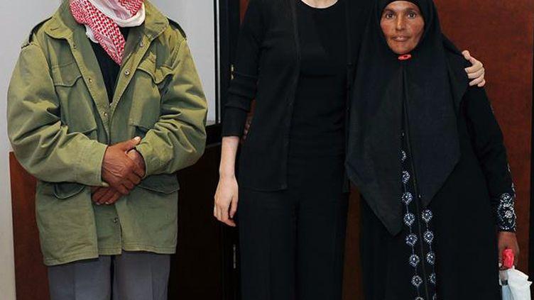 Asma Al-Assad au côté d'une famille syrienne, dans une photo diffusée le 1er octobre 2013, sur Twitter. (FACEBOOK)
